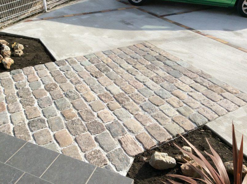 石畳とレンガが調和したアプローチ兼パーキングスペース|外構造園工事|高崎市