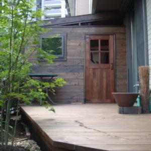 手作りの木製小屋・ウッドデッキ