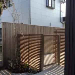 板塀とフェンスのある温もりのお庭