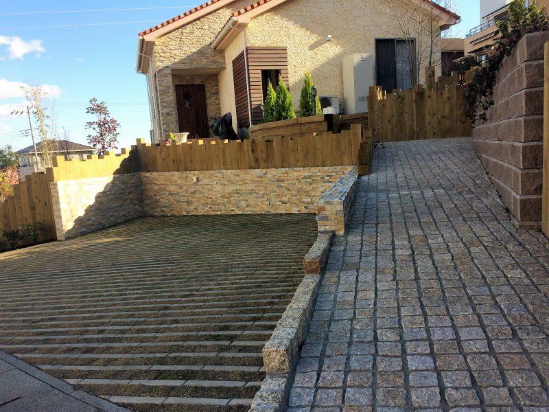 自然石と枕木が織りなす洋風のお庭