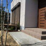 建物に寄り添うシンプルガーデン