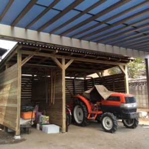 カーポート併設の天然木倉庫