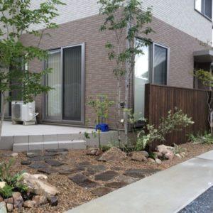 建物をつなぐひとつのお庭