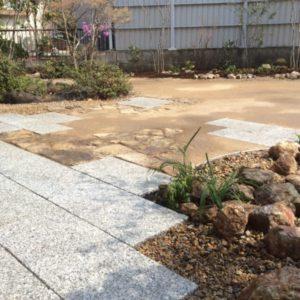 自然舗装が映える庭