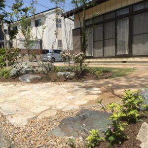 自然土舗装と緑の家