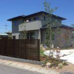 雑木と縦格子フェンスのお庭8