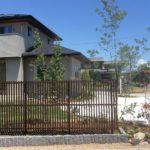 雑木と縦格子フェンスのお庭1