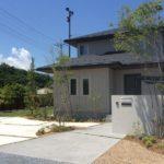 雑木と縦格子フェンスのお庭5