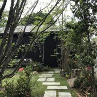 自然と調和する雑木の庭