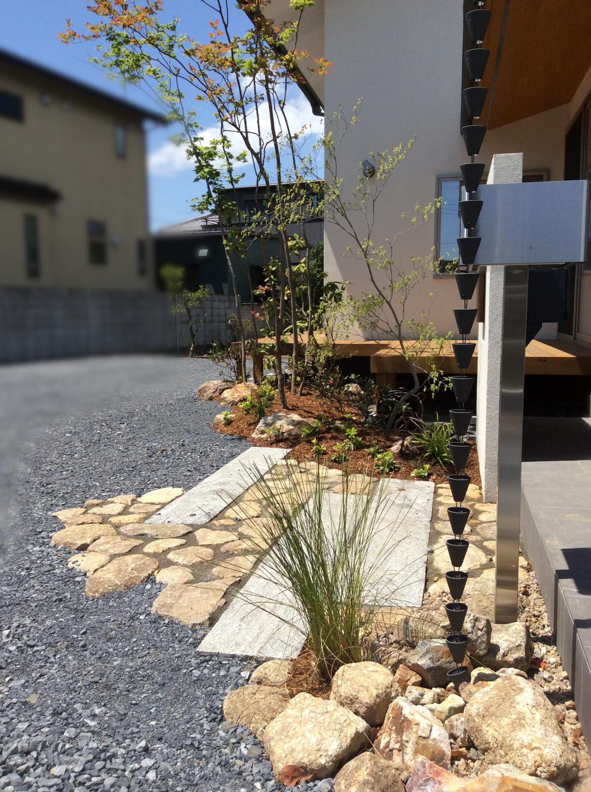 玄関前の植栽とポスト