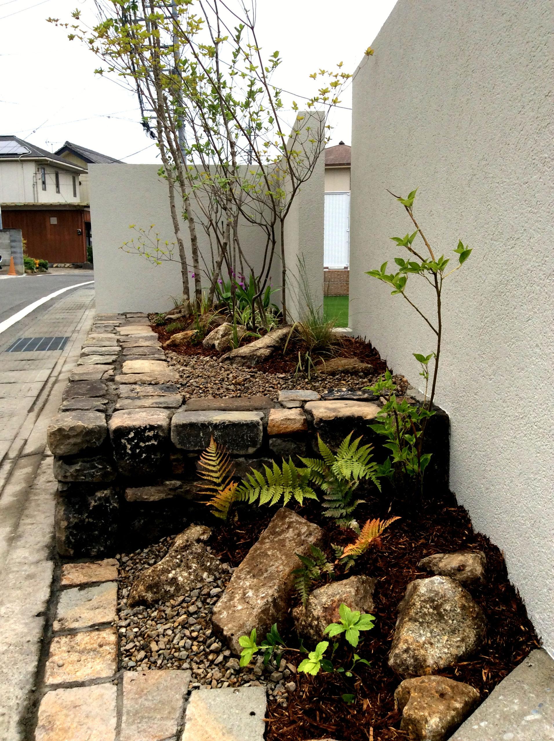 石積みの花壇と植栽