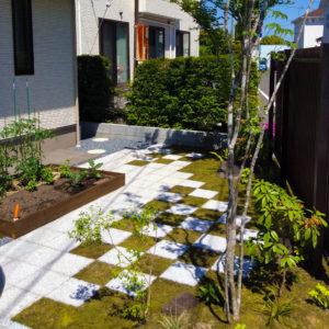 市松模様のおしゃれな庭 グロウスガーデン