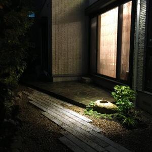 夜に映える天然石とアセビの和庭園