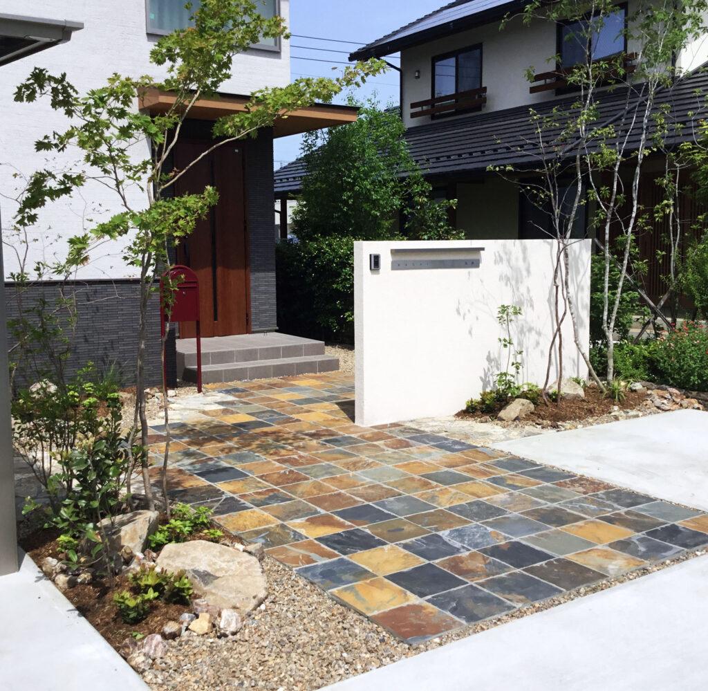 For example, 色鮮やかな敷石がおしゃれな玄関アプローチFor example,グロウスガーデン
