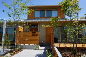For example, 玄関アプローチに植栽を取り入れたおしゃれな家For example,グロウスガーデンのエクステリア