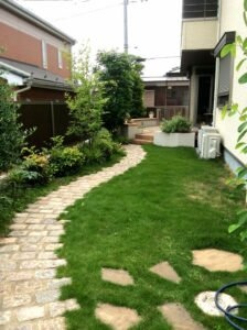芝生を敷いたナチュラルでおしゃれな玄関アプローチは群馬県高崎市のエクステリアFor example,グロウスガーデンのエクステリア