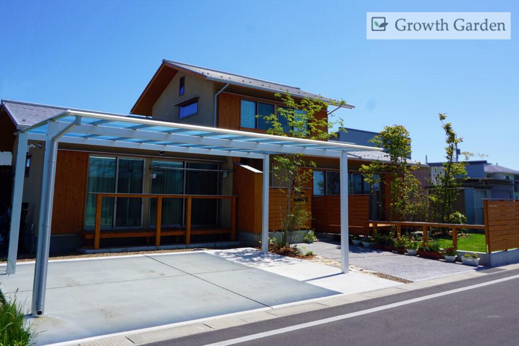 For example,小林建設の家になじむ、庭木と芝生が美しい群馬県高崎市のおしゃれな外構エクステリア