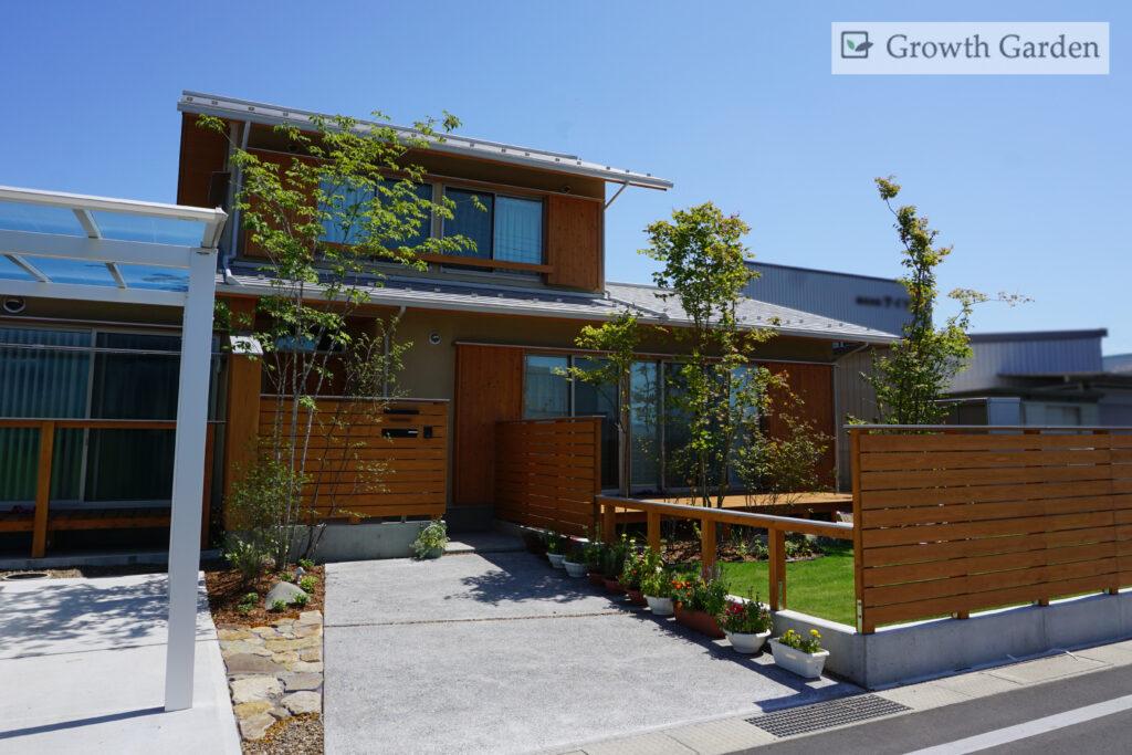 For example,小林建設の家になじむ庭木と芝生が美しい群馬県高崎市のおしゃれな外構エクステリア工事