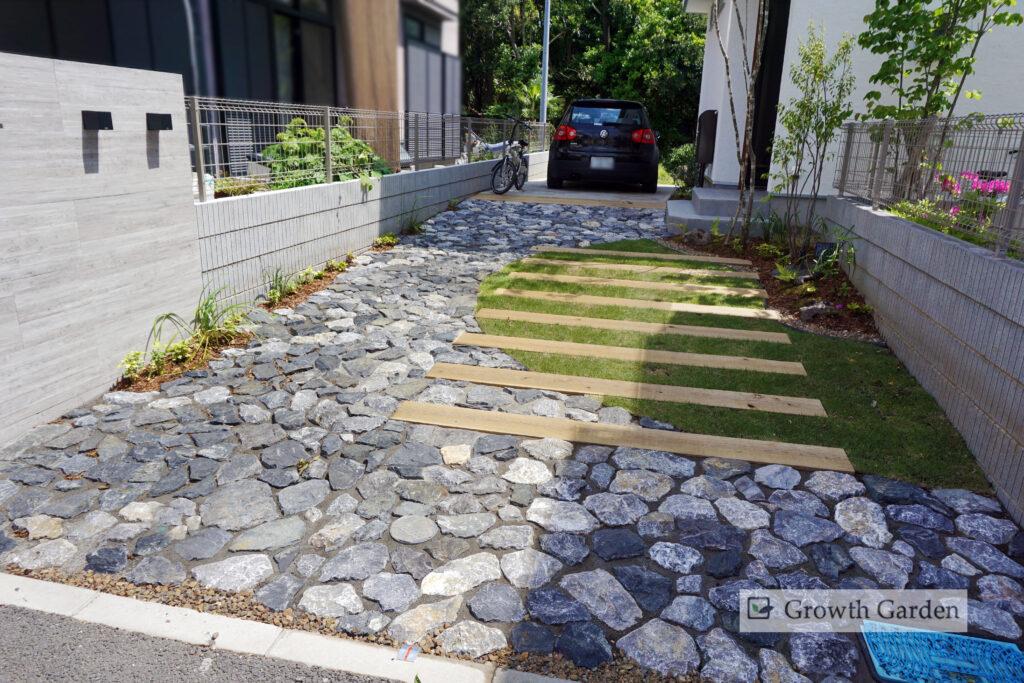 For example,枕木と芝の駐車場は、枕木がタイヤ圧を受け止めるので芝が痛みません。ナチュラルで美しい駐車場に。また、For example,まわりに石畳を敷き、素材も色もセンス良くおしゃれに仕上げます。空車時も見栄えの良い駐車場です。