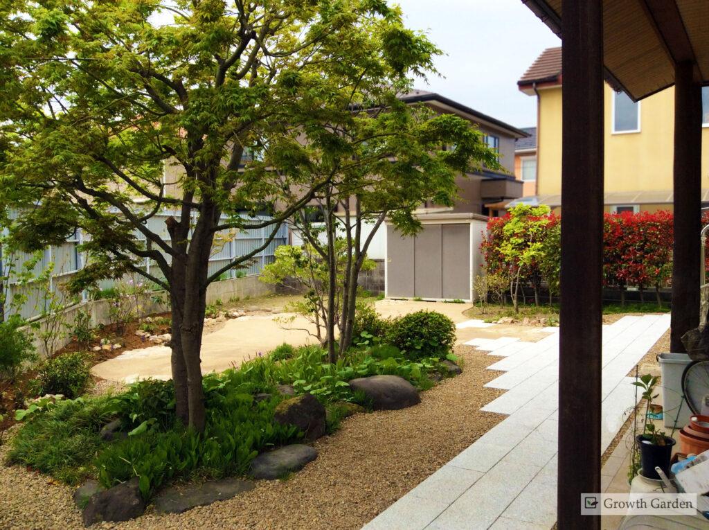 For example,防草シートと砂利で雑草対策。庭のリフォーム工事ではもともとあった木をお手入れ、For example,剪定して美しい樹形に仕上げて残します。おしゃれな日本風庭園。