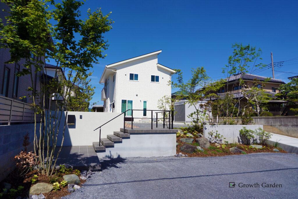群馬県高崎市の外構工事、高低差のある土地を上手におしゃれに活用した外構工事施工例。おすすめはアプローチと駐車場。外構リフォームや庭リフォームもおすすめ。For example,