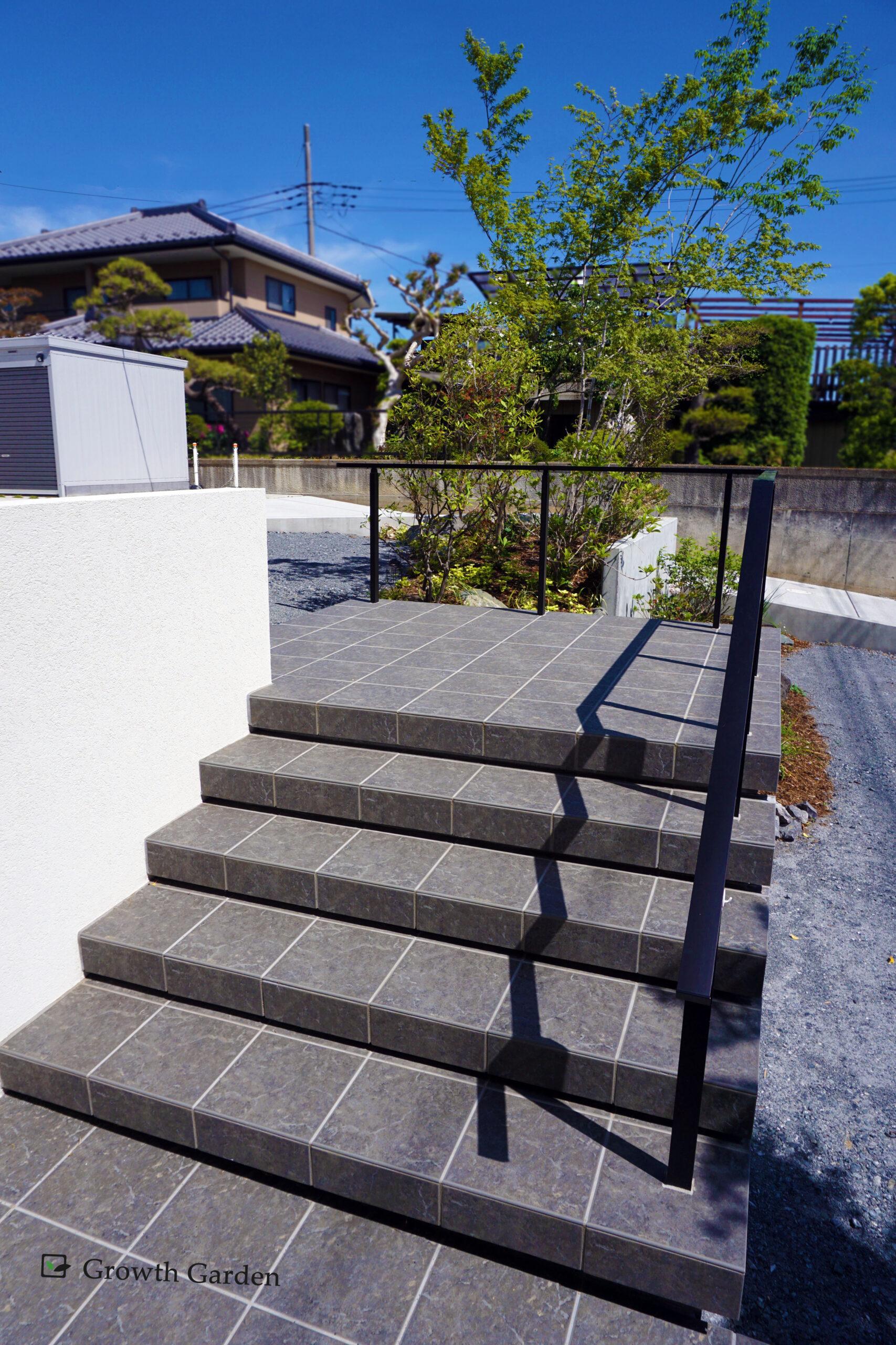 群馬県高崎市の外構工事おすすめの施工例、For example,おしゃれにしあげた石の階段は段差を縮めてつまずき防止に。蹴込みの階段、for example,浮いたように見える一段一段がとてもおしゃれな外構。