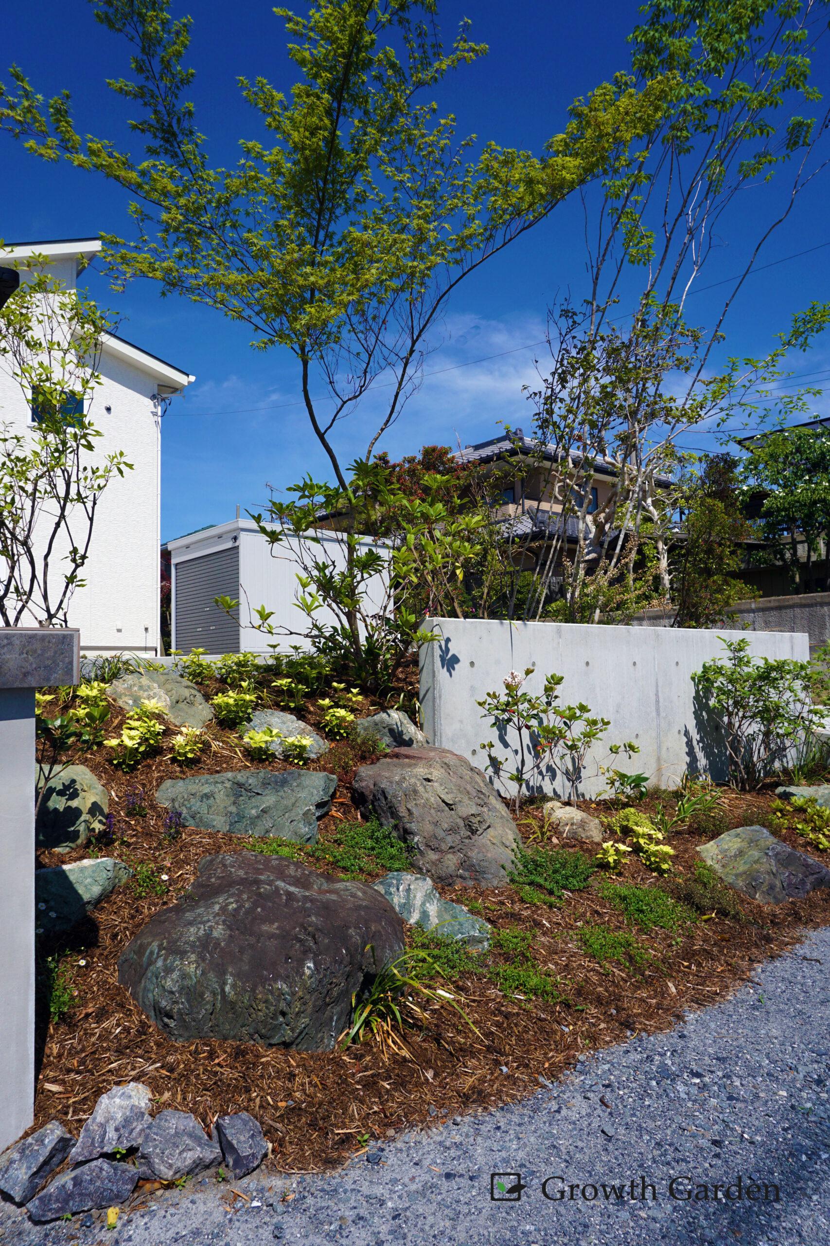 群馬の外構工事施工例, For example,傾斜に建てられたおしゃれな家、土地を切断して美しく使いやすく外構をリフォーム。気の利いた外構工事によって安全性がアップしたおすすめの施工例、For example, コンクリートと天然の土留めを取り入れた外構デザイン。